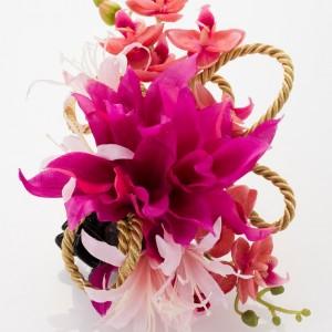 《ダリア》赤いダリア、ピンク胡蝶蘭、ピンクネリネ、アレンジリボン付き。