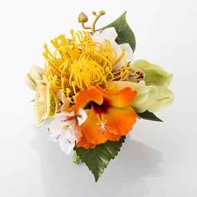《イエローピンクッション》他に、ハイビスカス、シンピジューム、ブーゲンバイン、グリーン胡蝶蘭など。